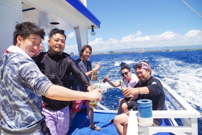 ラグジュアリーボートの船尾で酒を飲む男性5名