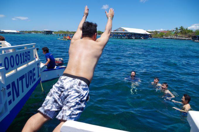 ラグジュアリーボートから海に飛び込む男性