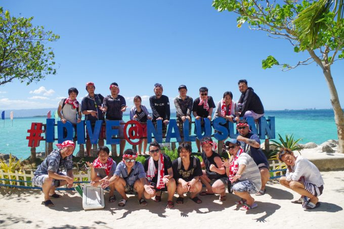 社員旅行のナルスアン島での集合写真