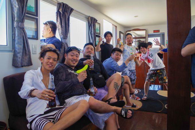 ラグジュアリーボート内ではしゃぐ男性達
