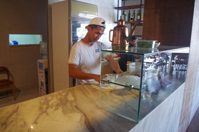 ラノストラでピザを作っているシェフ