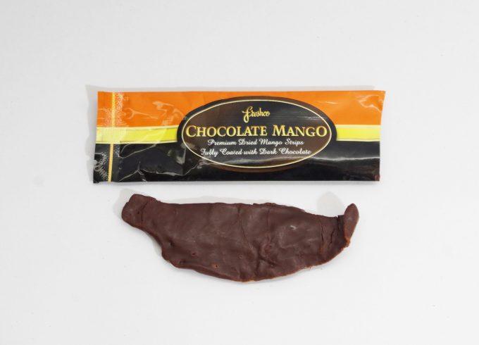 Freshcoのチョコ掛けマンゴーを袋から出した状態