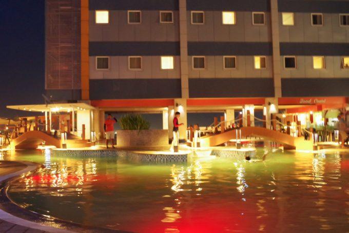 スカイウォーターパークの夜のプール
