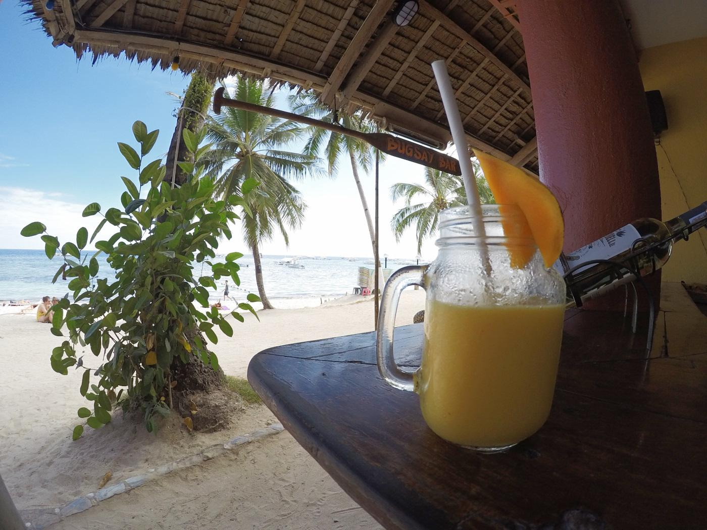 ボホール島のアロナビーチで飲マンゴーシェイク