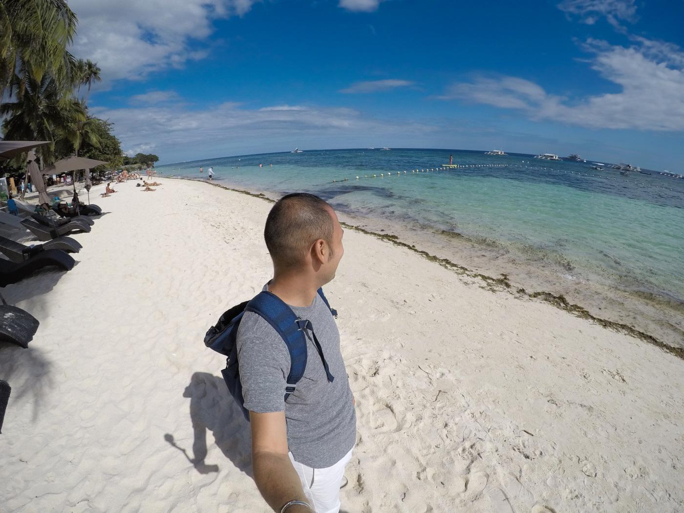 ボホール島のアロナビーチを歩く男性