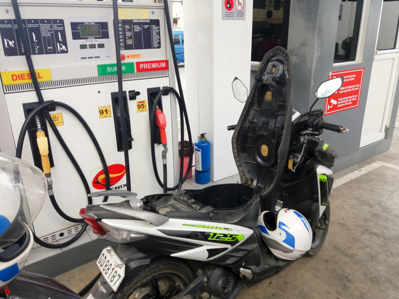 ボホール島でレンタルバイクにガソリンを入れている様子