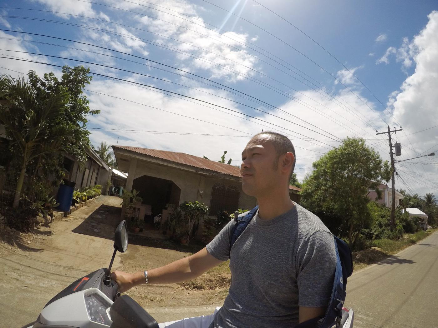 ボホール島でレンタルバイクに乗っている男性