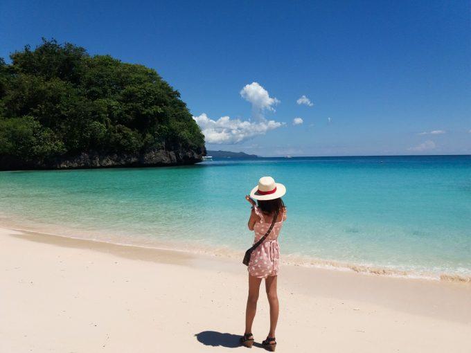 クリムゾンボラカイのビーチに立つ女性