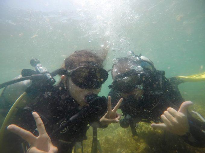 海でダイビングをする男女