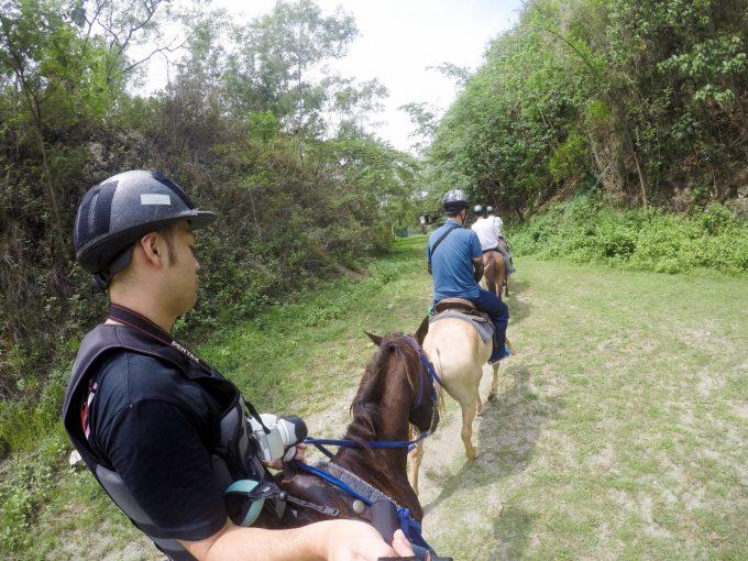 乗馬体験で一列に歩く様子