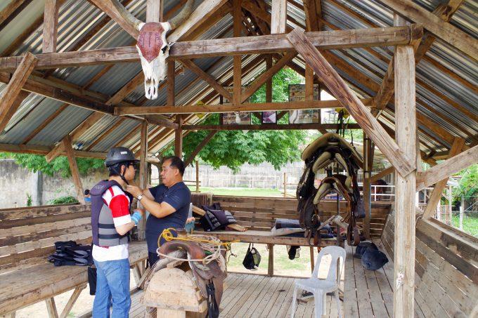 乗馬体験の準備をしている男性