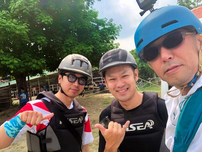 乗馬体験をした男性3人