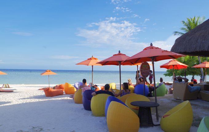 サウスパームホテルのビーチにあるカラフルな椅子