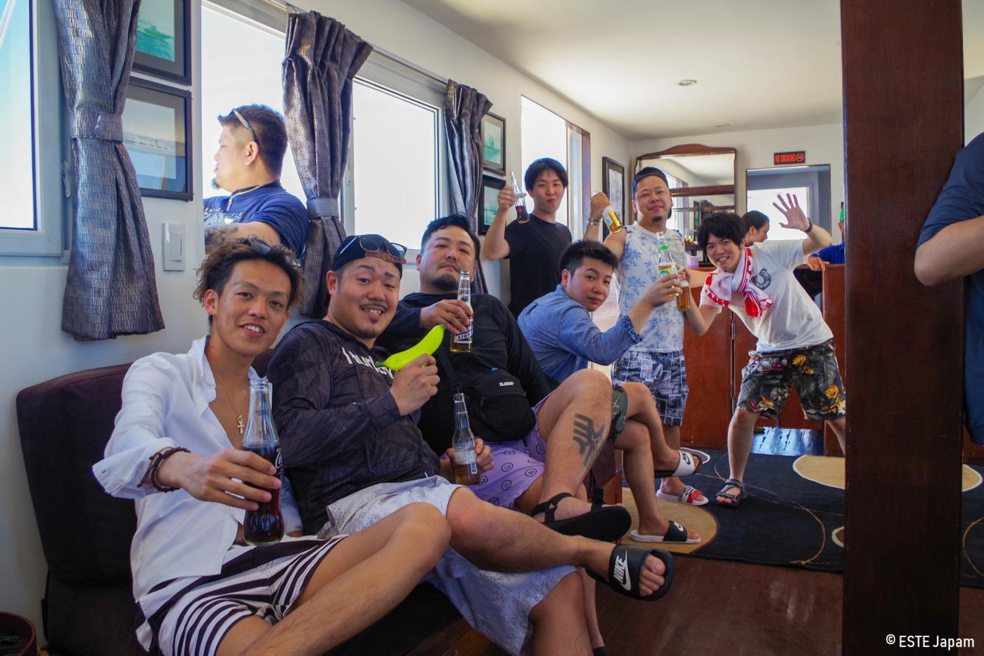 ラグジュアリーボートの船内で騒ぐ男性達