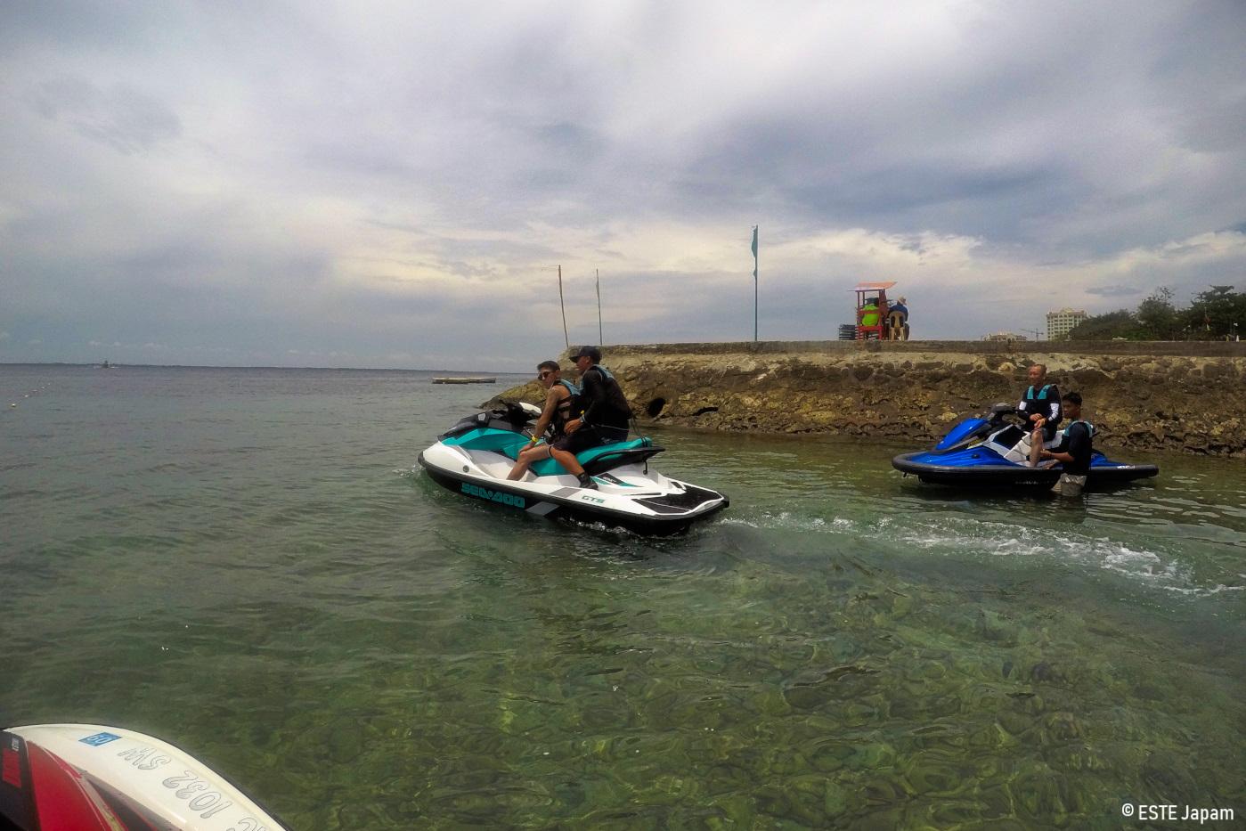 ジェットスキー島巡りを体験する男性2名