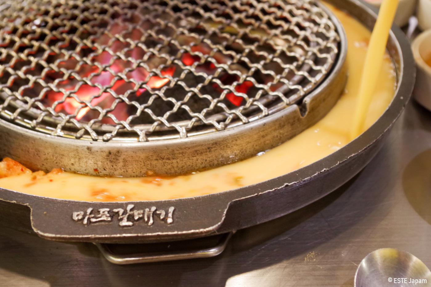 マガルの卵を焼き鉢に流している様子