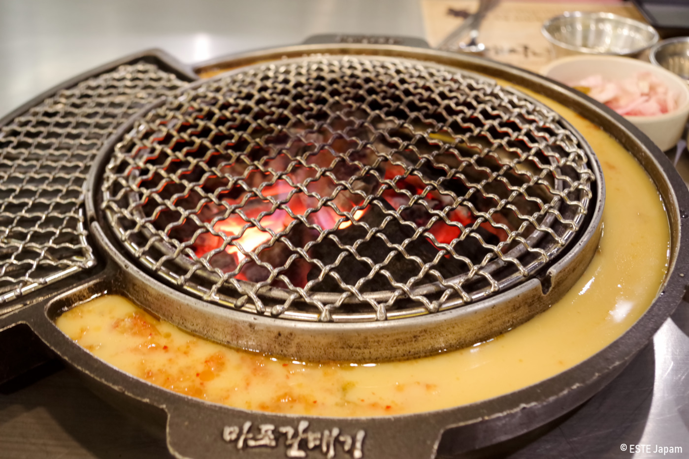 マガルの焼き鉢に卵を流した状態
