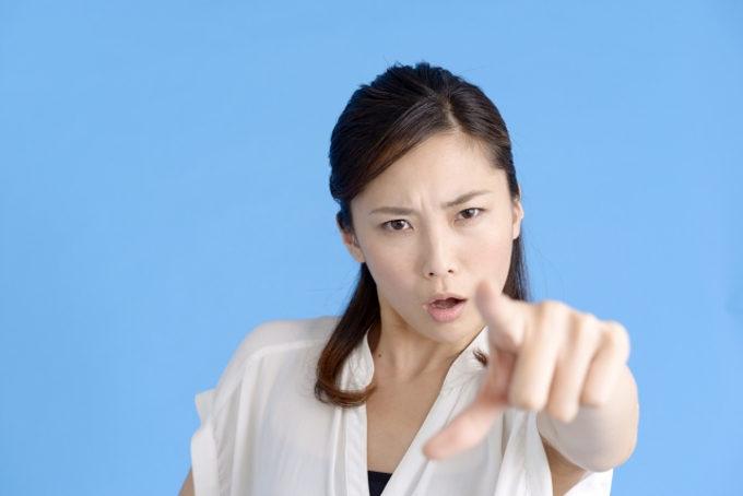 怒り警告している女性