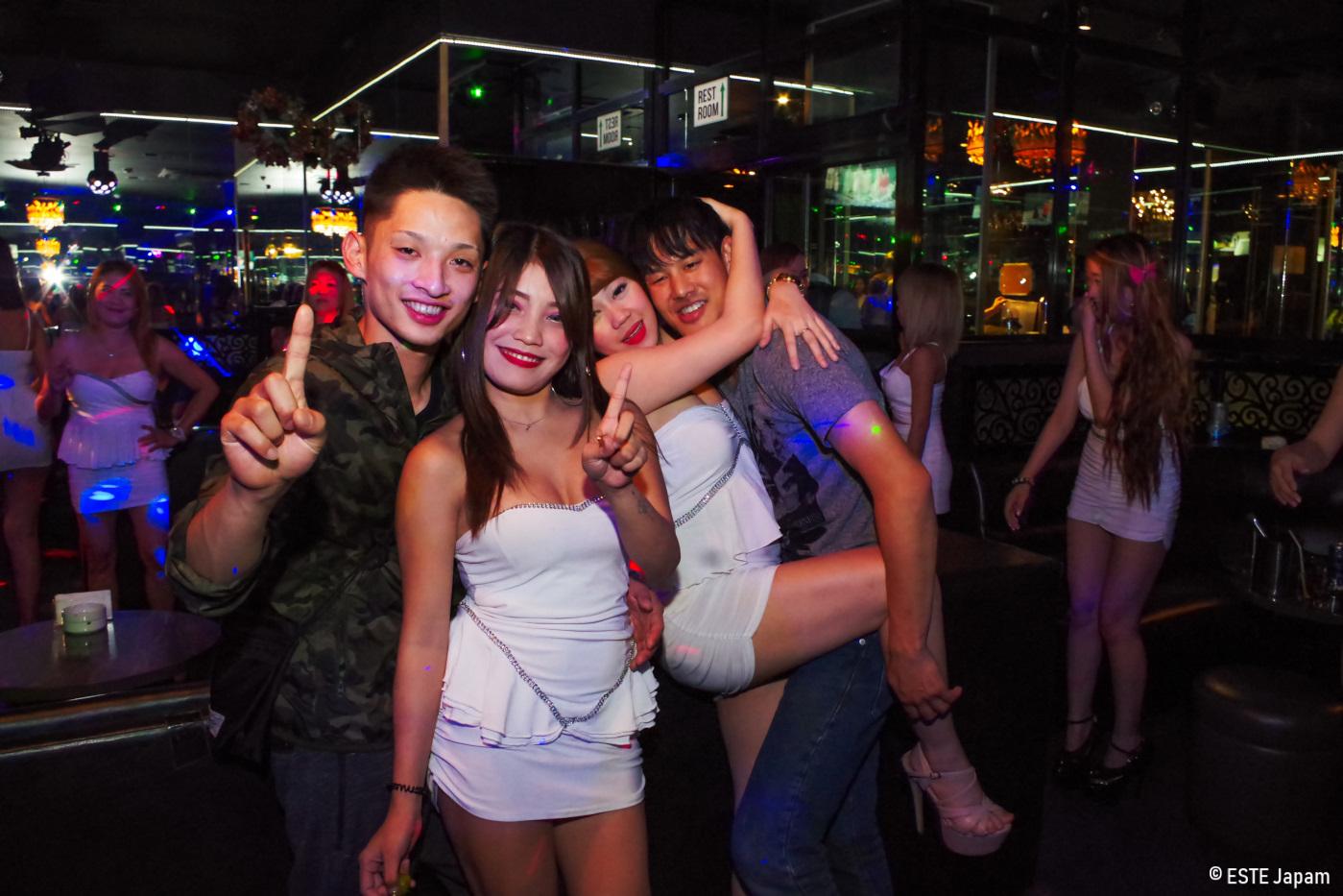 ktvで女の子と一緒に踊る男性2名