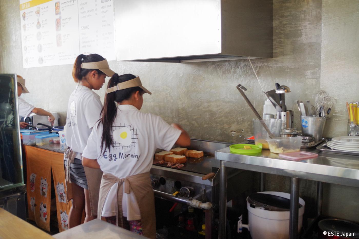 エッグモーニングの女性スタッフ2人が調理している様子