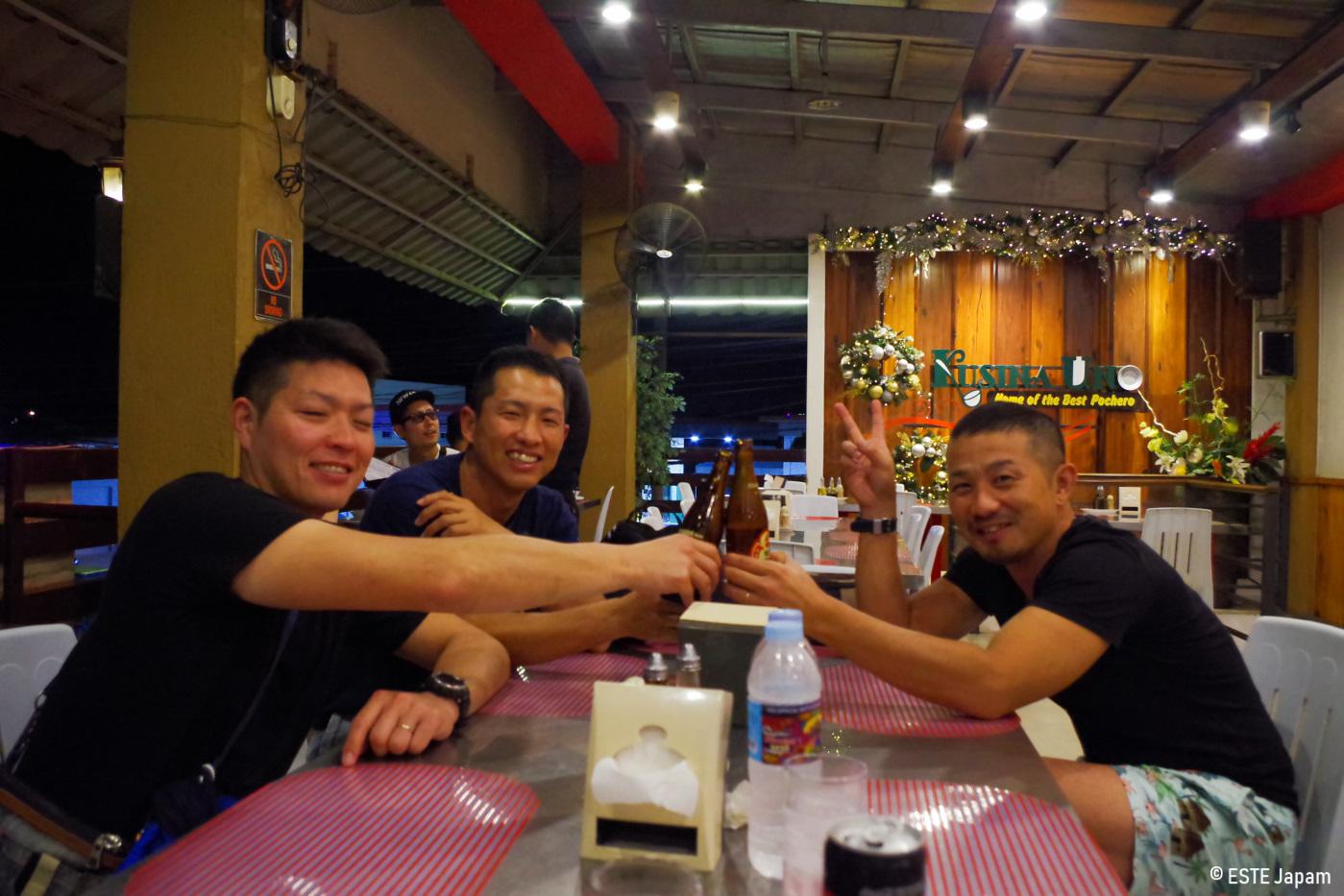 クシナウノで乾杯をする男性3名