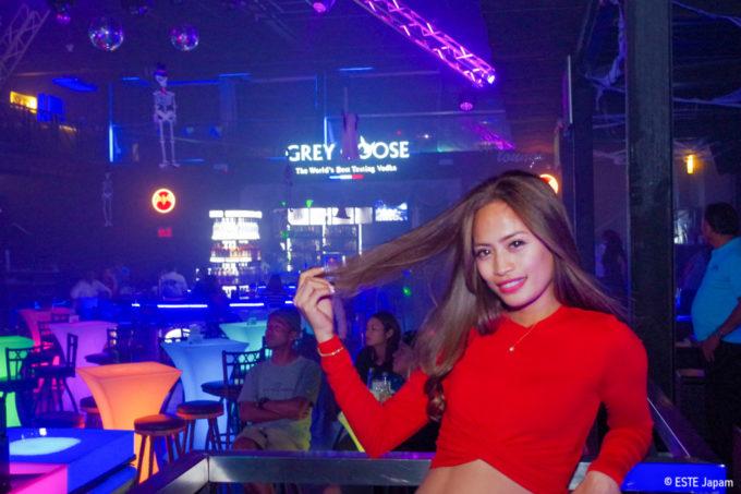 クラブにいるビキニバーの女の子