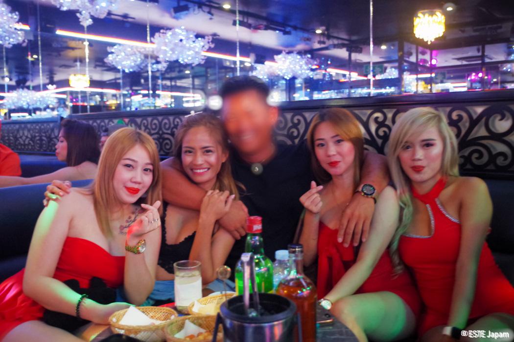 ビキニバーの女の子とKTVの女の子と飲む男性