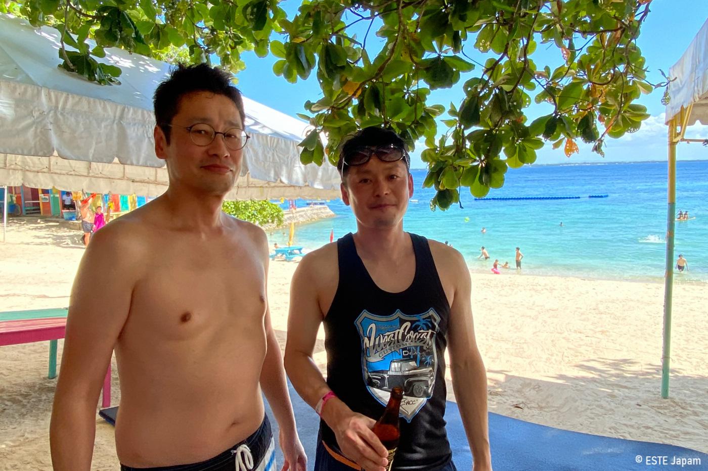 マクタンニュータウンビーチを楽しむ男性2名