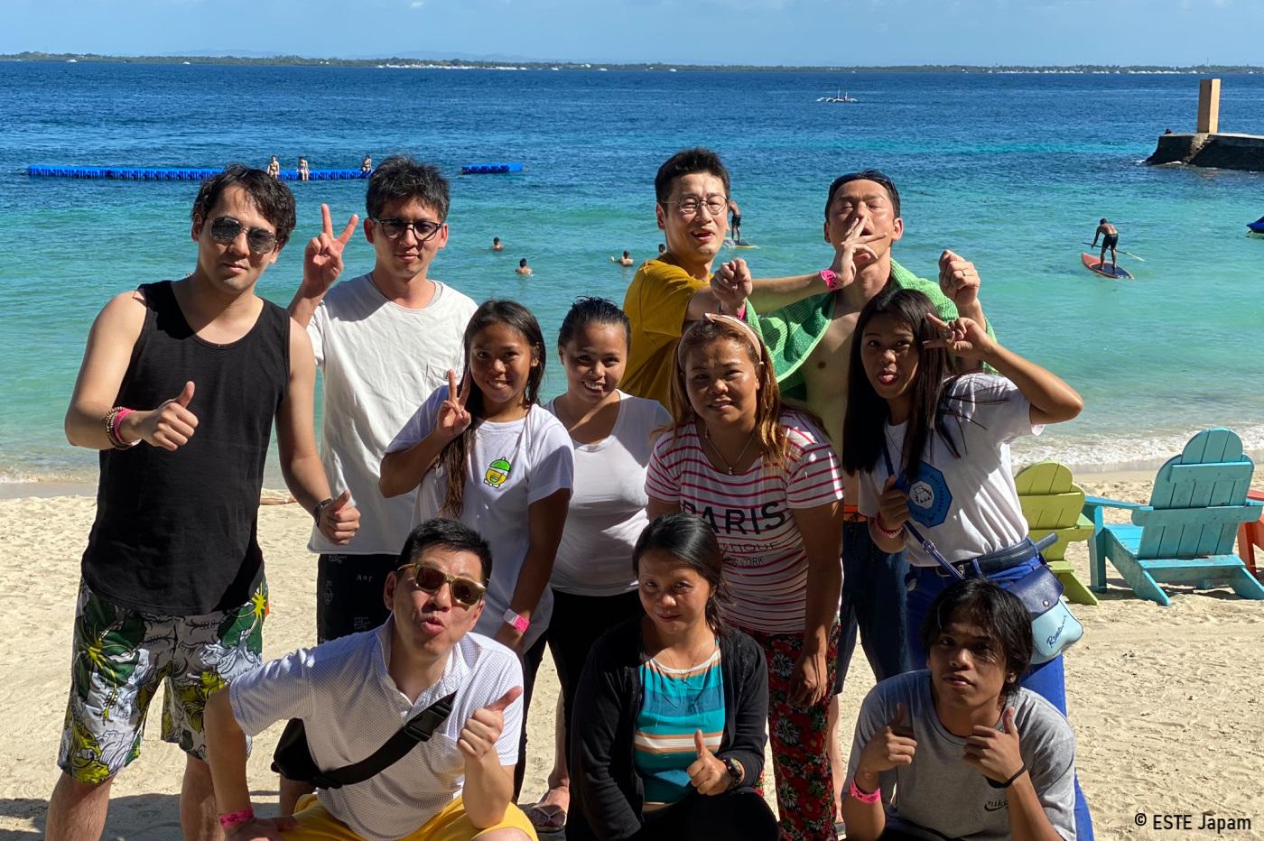 マクタンニュータウンビーチで楽しむ日本人とフィリピン人セラピスト